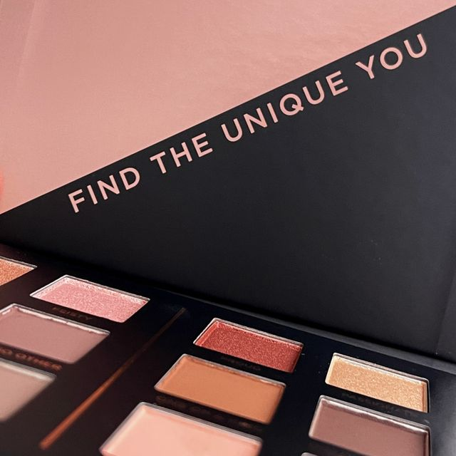 Younique Eyeshadow Palette
